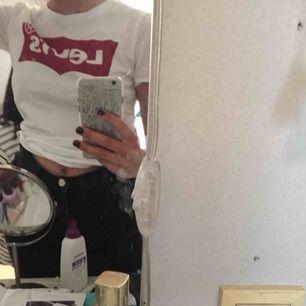 Aldrig använd (endast provad) klassisk Levi's t-shirt. Säljer pga den inte kommer till användning. Möts upp i Umeå annars står köparen för frakten.