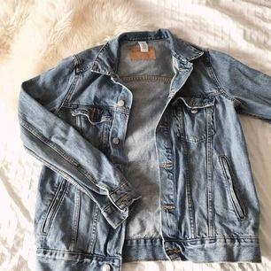 Snygg ljusblå något oversized jeansjacka från H&M. Super snygg & fräsch men säljer då den tyvärr inte kommit till så mycket användning;(( köpare står för frakt!💞💞🥰
