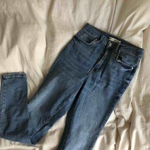 Oanvänd jeans från Gina Tricot som är högmidjade, sitter som ett smäck på mig som har storlek S och formar väldigt snyggt men de kommer inte till användning