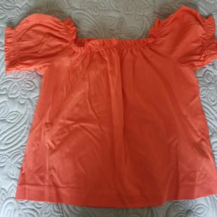 Super söt blus från H&M i storlek XS I färgen korall orange, perfekt med dig som är solbränd eller har lite mörkare hy då den kommer lysa på dig!