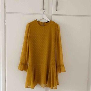 Oanvänd klänning från Zara
