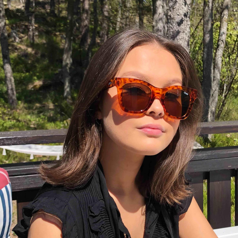 Svin snygga solglasögon från Quay. Inköpta för 600kr på Åhléns i Stockholm. Knappt använda. . Accessoarer.