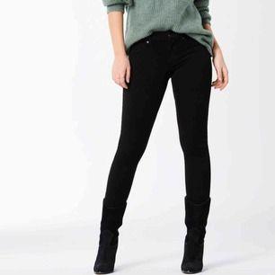 Ett par vanliga svarta tighta jeans med låg midja från Gina Tricot!🥰