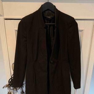 Svart fin kappa från Zara. En söm inne i jackan är lite sönder.