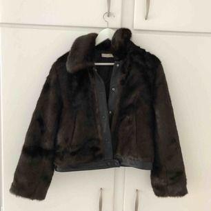 Oanvänd pälsjacka från H&M, mörkbrun färg och passar perfekt nu inför hösten