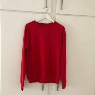 Oanvänd röd tjocktröja som är oversized, väldigt skön på och perfekt inför hösten