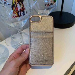 Snyggt Michael Kors mobilskal till iPhone 7. Nypris 499kr men säljer det för 150kr då det knappt är använt.