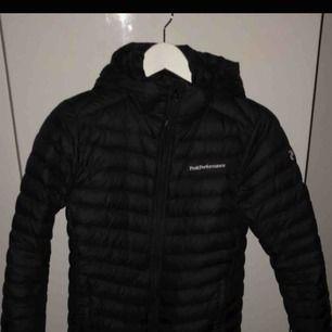 Nyaste modellen av peak performance frost down jacket Sparsamt använd och superfint skick Köpte för 1900kr men säljer den för 1250kr, ska den skickas ingår inte frakten utan det blir extra kostnad