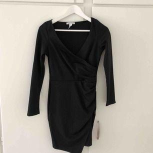 Oanvänd svart klänning från Nelly, passar perfekt till fest