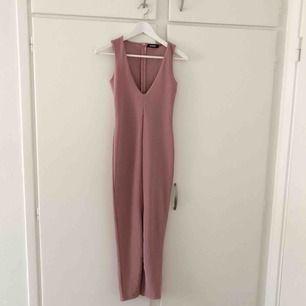 Oanvänd klänning från Missguided, ribbad och har slits i fram och dragkedja i bak
