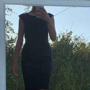 Skitfin svart klänning från vila clothes. Finns hällor till skärp i midjan. Priset som står plus frakt. Fler bilder kan fås✨
