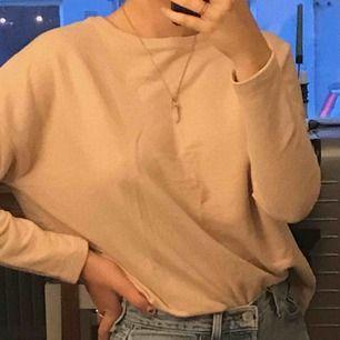 En smutsrosa/beige långärmad tröja från pull&bear. Aldrig använt den innan!!  Köparen betalar frakten eller så möts vi i centrala Stockholm.