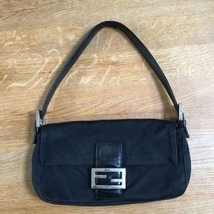 Säljer min äkta vintage-fendi väska i modellen baguette bag. Inköpt second hand för 4500kr. Bättre bilder kan tas om det önskas.