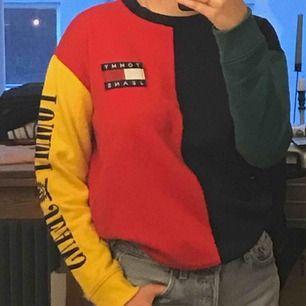 Äkta Tommy Hilfiger tröja som jag bara använt några få gånger. Originalpriset var 1400.  Köparen betalar för frakten eller så möts vi i centrala Stockholm