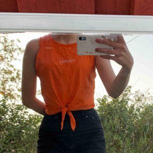 Oranget linne med knytdetalj från H&M. Frakt tillkommer och fler bilder kan fås✨