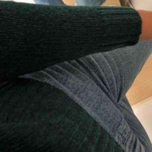 - Rensar garderoben!  - Fråga gärna om fler bilder!  - Kan fixa paketpris! - Jag är 164cm lång!  * Snygg tröja från HM, Storlek XS (som XS/S), (första bilden visar hur färgen ser ut i verkligheten) (Ser ut som en svart fläck pga solljuset i kameran)