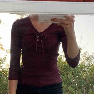Jättefin lila/röd tröja från new yorker. Frakt tillkommer och fler bilder kan fås✨