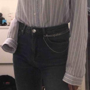 Blå jeans (de ser lite svarta ut men de är mörkblåa!)  Så sköna! Köpte för 500 kr på Gina. Köpare står för frakt 💗