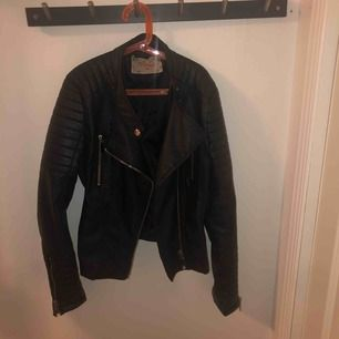 chiquelle moto jacket köpt för 699kr anser att den är i bra mycket bra skick storlek 40!  Möts upp i stan eller kan skickas men då står köparen för frakten!