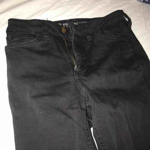 Säljer ett par svarta vanliga jeans från Cubus pga att det börjar bli lite för små för mig. De har använts ett antal gånger men är i ett bra skick. De är i storleken 25 vilket jag skulle säga är som XS. Säljer för 80kr+frakt💕