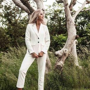 Carolina Gynning kostymbyxor från bubbleroom. Endast använda vid fotograferingen för Bubbleroom. 🌸 200kr exklusive frakt