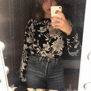 Skön ganska tunn tröja från ONLY. St 38, inte använd alls mycket och säljs pga att jag insåg att jag inte passar i mönstret. Tröjan är mörkt blå. Köparen står för frakt