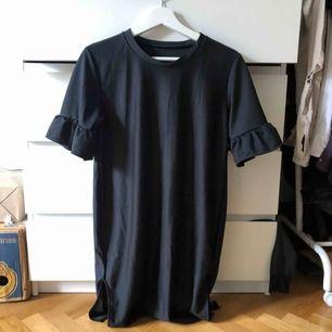 Svart t-shirt klänning med liten sleve på sidorna i storlek 36. 200kr ICKE inkl frakt