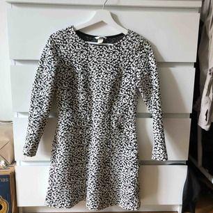 Svart/vit klänning från H&M i storlek 36. 150kr ICKE inkl frakt