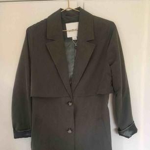 Säljer min nya klassiska kappa från monki. Som helt ny. Orginalpris 800 kr. Färg: skogsgrön. Går nästan till knäna.     Kan frakta eller mötas upp!