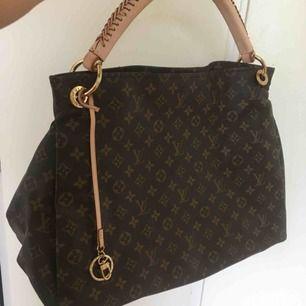 Mycket fin Louis Vuitton väska, ej äkta men väldigt snarlik. Är större än vad den framstår på i bild. Pris kan diskuteras vid snabb affär. hör av dig om du vill ha fler bilder på den.  Kan frakta eller mötas upp!
