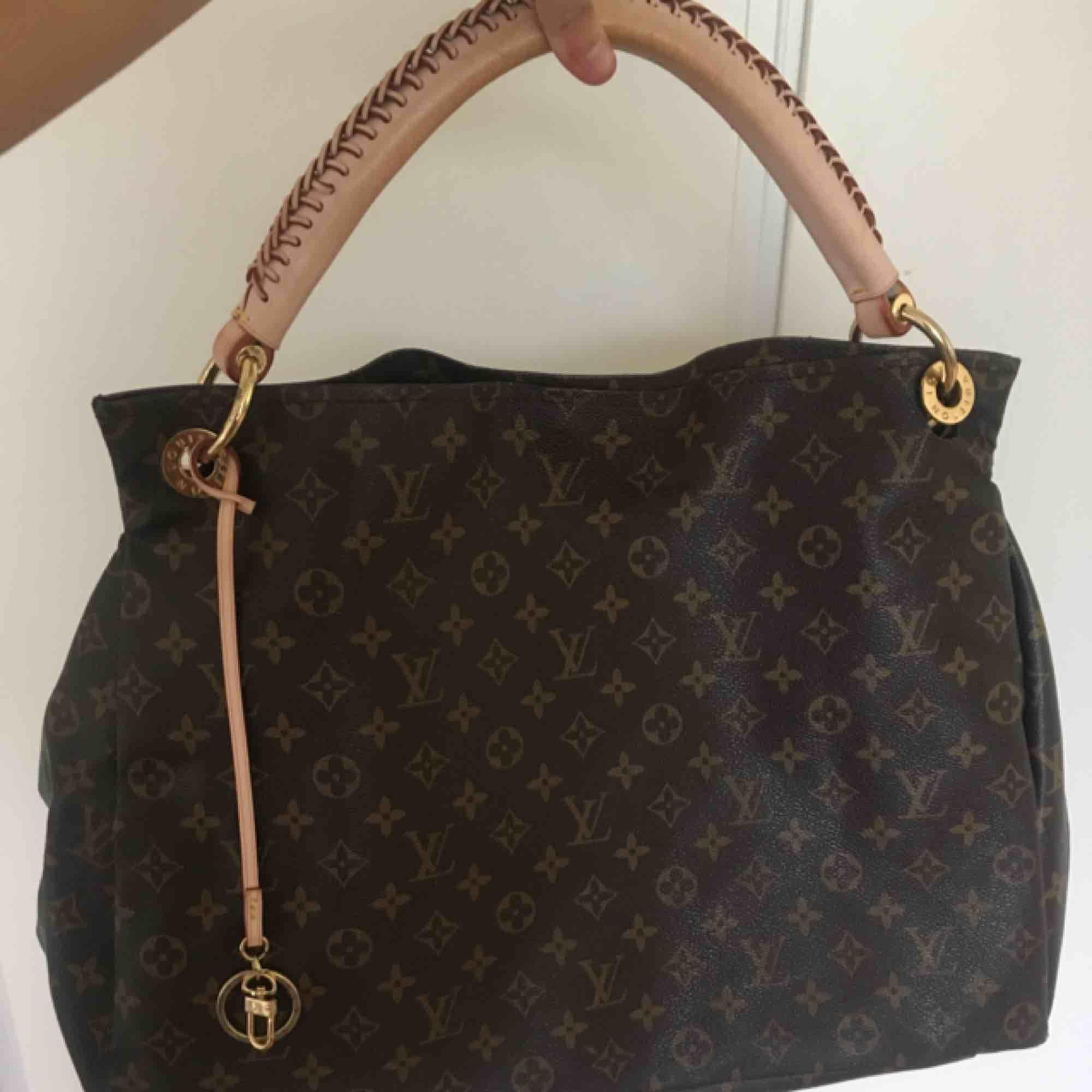 Mycket fin Louis Vuitton väska, ej äkta men väldigt snarlik. Är större än vad den framstår på i bild. Pris kan diskuteras vid snabb affär. hör av dig om du vill ha fler bilder på den.  Kan frakta eller mötas upp!. Väskor.