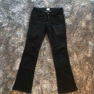 Ett par svarta bootcut jeans från Lee. Modell EMELLE  Storlek 26 i midjan. De är uppsydda för mig som är 158 cm men de är lite för korta så skulle säga att de passar någon som är ca 155 cm lång.   Normalt använt skick. Frakt på 60 kr tillkommer