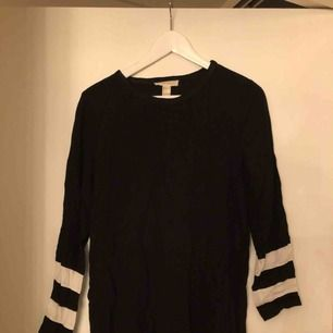 En klänning eller tunika beroende på hur man bär den. Knälång på mig som 164 cm.  Köparen står för frakten, tar emot swish.  Vid köp av fler plagg på min sida, samt snabb och smidig affär kan pris diskuteras