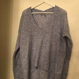 Stickad tröja i ljus blått, stor i storleken.  Använd 2 gånger. Är xs men passad även en s.  Köparen står för frakten, tar emot swish.  Vid köp av fler plagg på min sida, samt snabb och smidig affär kan pris diskuteras :)