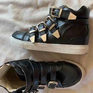 Svarta sneakers med snygga detaljer från Nelly.  Storlek 36.  Fint använt skick.   Finns en mil från Umeå (kan tas till centrum).  Skickas mot fraktkostnad