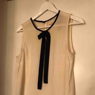 Sött linne att som den är eller under en tröja så rosetten sticker fram :)  Köparen står för frakten, tar emot swish.  Vid köp av fler plagg på min sida, samt snabb och smidig affär kan pris diskuteras