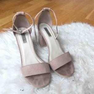 Block mid heel sandal från Nelly.com i rosa/nude. Endast använda 2 gånger men man kan ändå se att de är använda. Frakt på 80 kr tillkommer   Klackhöjden är 8 cm.