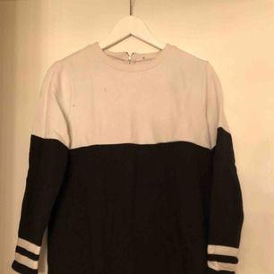 Svart/vit tröja. Köparen står för frakten, tar emot swish.  Vid köp av fler plagg på min sida, samt snabb och smidig affär kan pris diskuteras :)