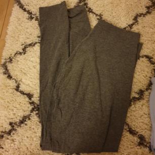 Har två stycken grå leggins, 15kr/st och köparen står för frakten!