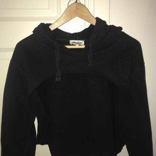 Croppad hoodie från madlady. Kort framtill men täcker hela ryggen. Har luva. Använd ca 3 ggr, bra skick.