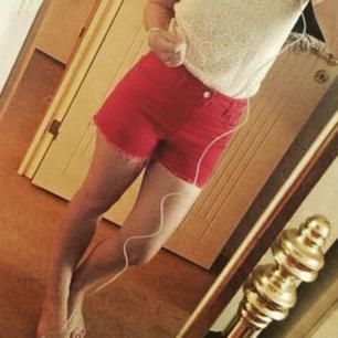 Röda höga shorts, köparen står för frakten!