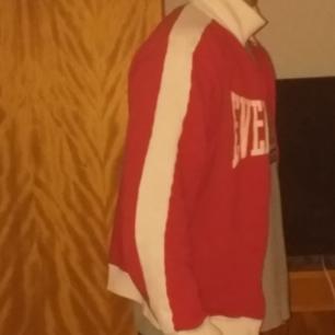 Old school klassisk everlast tröja som jag motvilligt säljer till otroligt bra pris då den inte riktigt passar min vältränade överkropp ;).  Vid många intresserade vinner högsta bud dock gäller även först till kvarn.