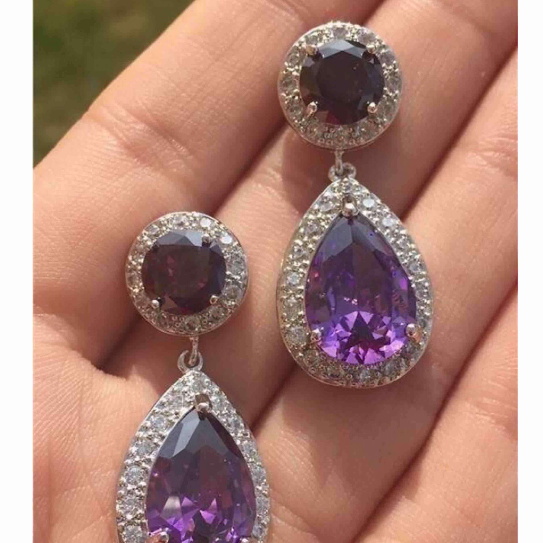 Säljer nu dessa helt nya eleganta örhängena. Ametist Lila med klara stenar runt om i cubic zirkonia Längd: 3,6 x 1,5 cm Originalpris : säljes för ca 299-499:- beroende på vilken bröllops och festklänningsbutik  . Accessoarer.