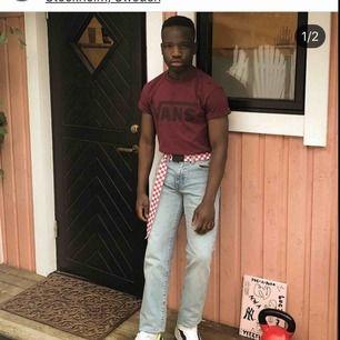 Säljer mina fina stone wash levi jeans som var om klippta i Levis butiken så dom passar 29/32