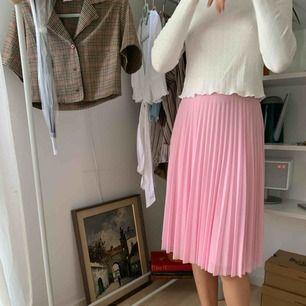 Rosa plisserad kjol från bershka, aldrig använd!