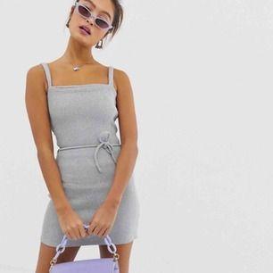 Superfin miniklänning med ribbat mönster. Säljer då den var för kort för mig. Sitter bra men kort i storleken. Aldrig använt, lapp sitter kvar! Köparen står för frakt men kan även mötas upp i Uppsala!
