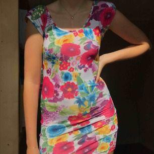 Somrig åtsittande klänning med väldigt fin rygg samt axelvaddar som går att ta bort om man önskar det!
