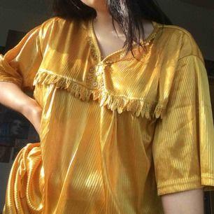 gul fin klänning, extremt bekväm köpt second hand men aldrig använd tyvärr.