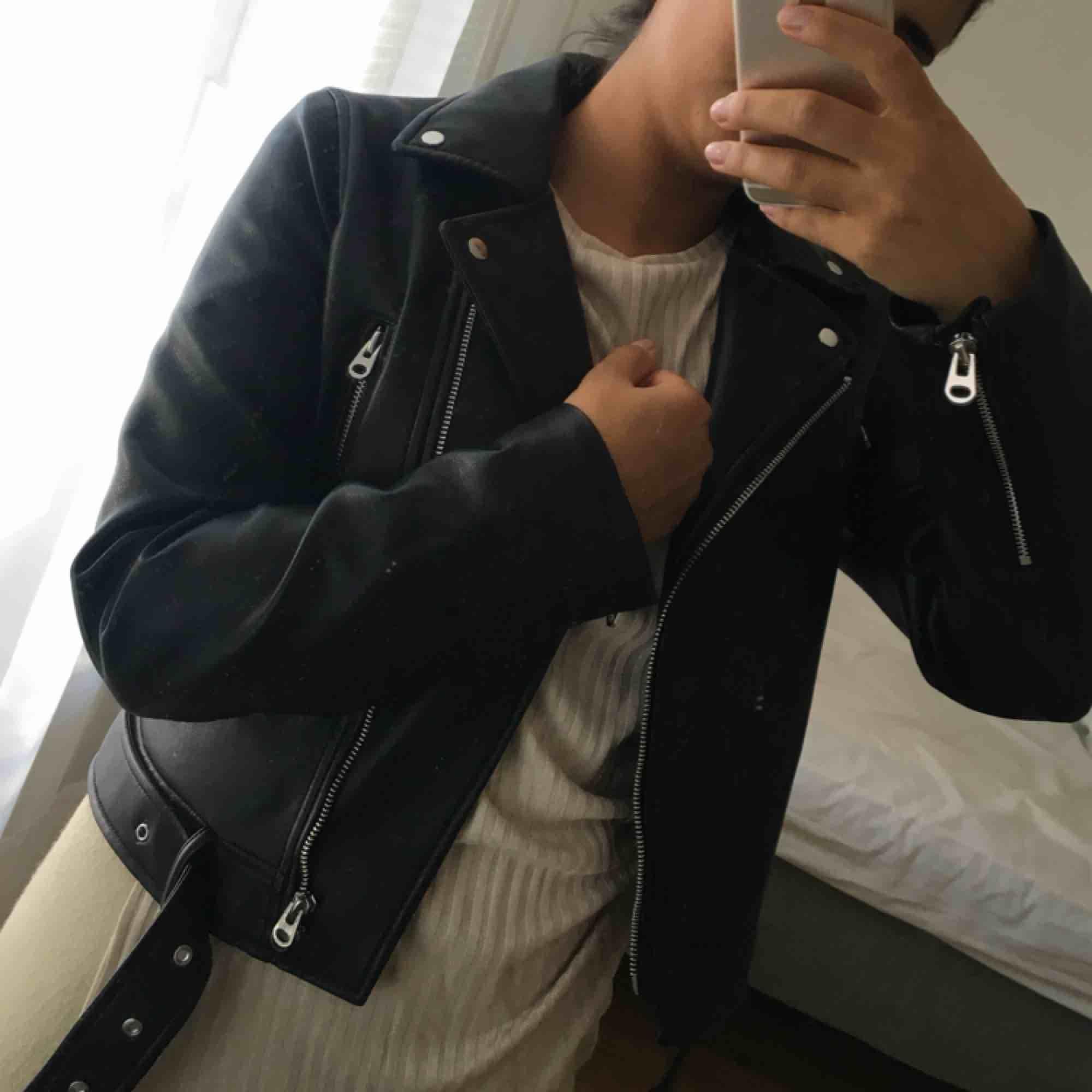 En super fin skinnjacka från Zara, använd en gång som ny!  Storlek M, jag är en storlek S och den passar mig lika bra!  Säljer då jag har hittat en annan jag gillar mer!   Frakten är gratis 🌸. Jackor.