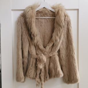 Säljer min favorit jacka från Monroe World. Köpt i vintras och den är knappt använd. Säljes då den bara hänger i garderoben och inte kommer till användning. Köpt för 3500 kr.